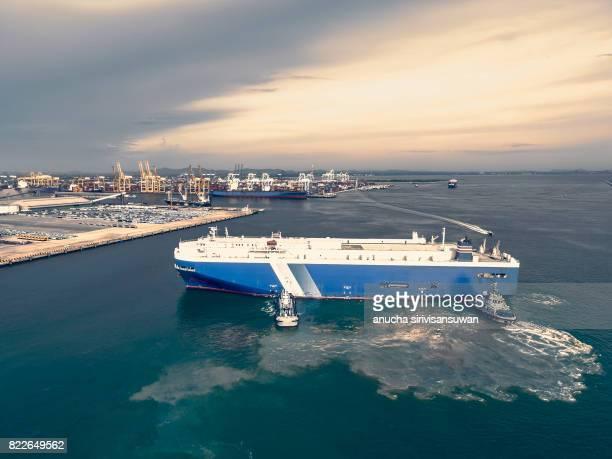 tug push cargo ship dock car . - amigdalite imagens e fotografias de stock