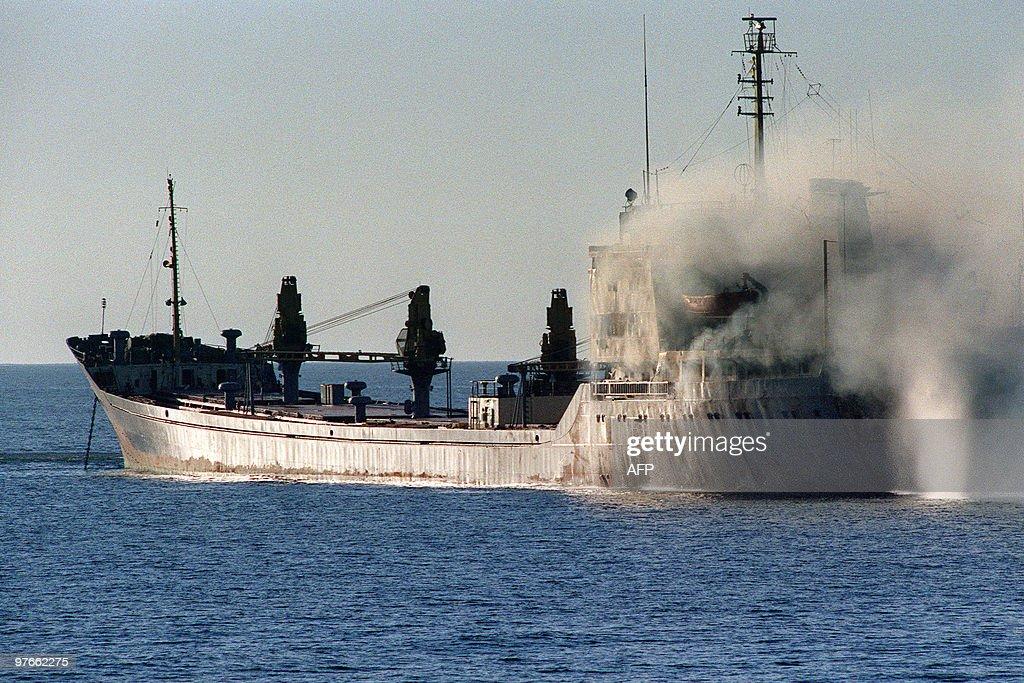 A tugboat puts out a fire November 23, 1 : Foto jornalística