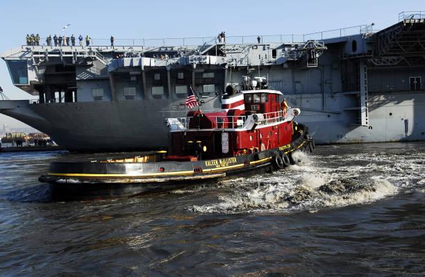 Photos et images de The USS Intrepid Stuck in 19 Feet of