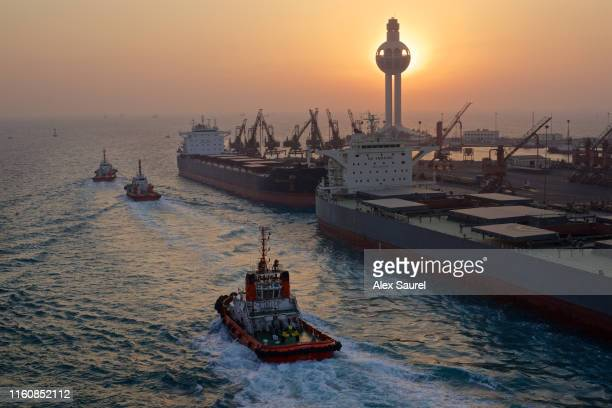tugs and freighter boats, jeddah harbor, saudi arabia - 湾岸諸国 ストックフォトと画像