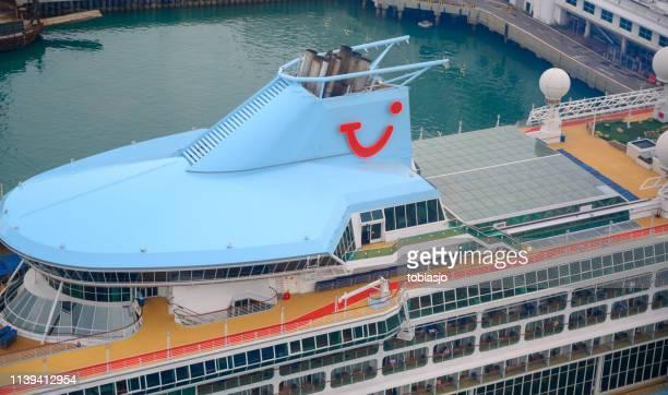 kreuzfahrtschiff tui dockt in singapore harbor an - tui ag stock-fotos und bilder