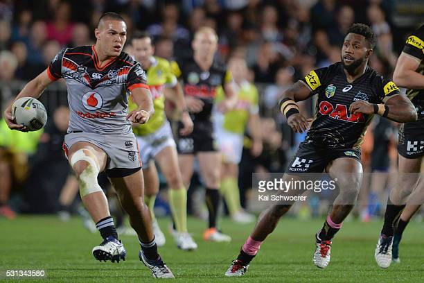 Tuimoala Lolohea of the Warriors runs with the ball during the round 10 NRL match between the Penrith Panthers and the New Zealand Warriors at AMI...