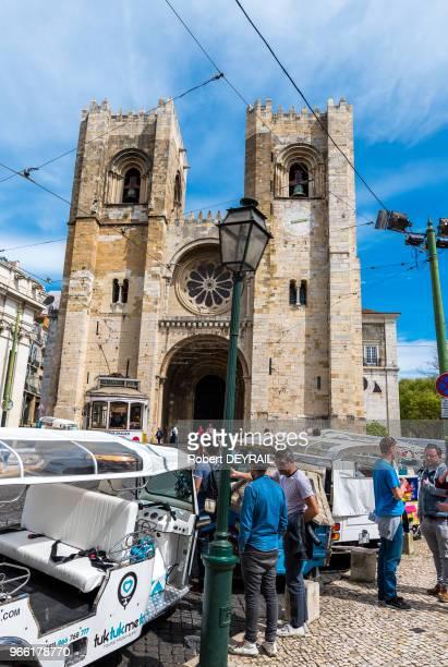 Tuk Tuk et touristes devant la cathédrale de Lisbonne le 30 mars 2017 Lisbonne Portugal