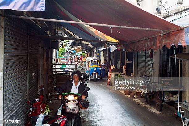 tuk-tuk en pequeñas street - human powered vehicle fotografías e imágenes de stock