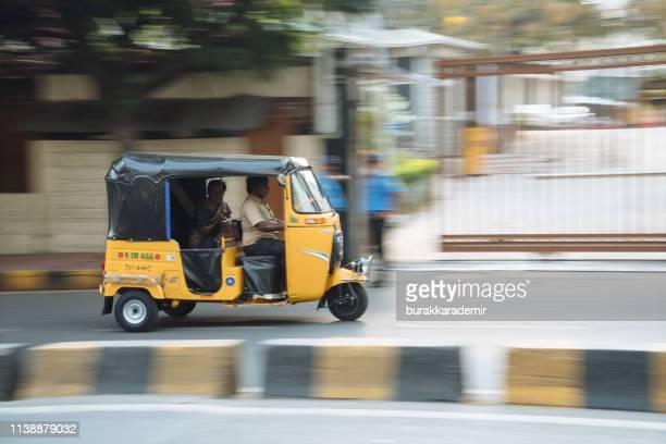 tuk-ist ein nahverkehrsfahrzeug, auf der straße in hyderabad. - hyderabad indien stock-fotos und bilder