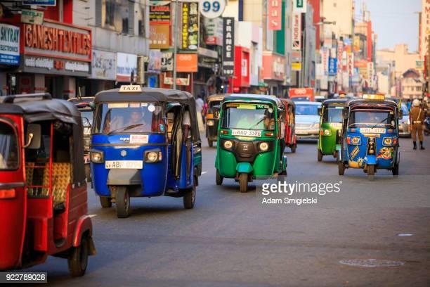 コロンボ; の路上でトゥクトゥク タクシースリランカ - スリランカ ストックフォトと画像