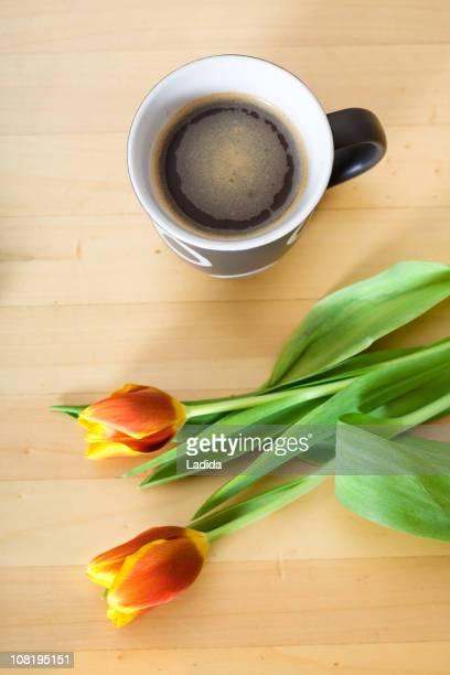 Tulipes et de café sur la Table