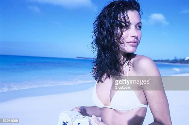 tungsten view of a young woman at the beach - capelli neri foto e immagini stock