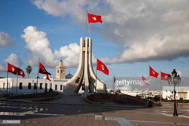 tunis landmark - drapeau tunisien photos et images de collection