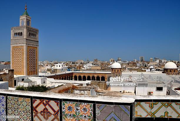 tunis medina and zitouna mosque, iconic arab city - tunez fotografías e imágenes de stock