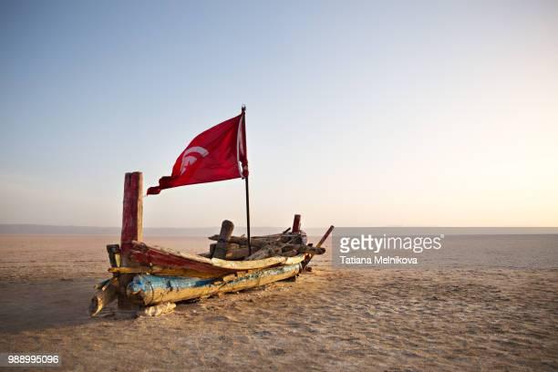tunisia. a ship in a desert - drapeau tunisien photos et images de collection