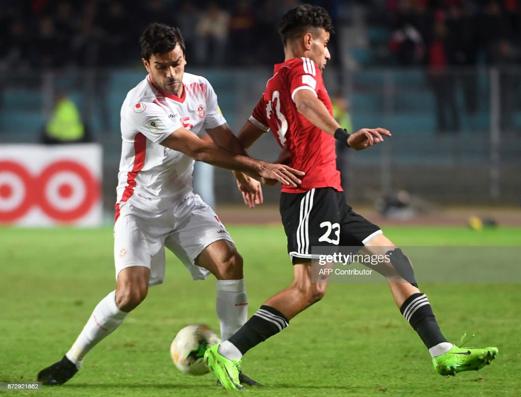 Tunisian defender Oussama Haddadi (L) vies for the ball against Libya's forward Meftah Taktak (R) during their World Cup 2018 qualifying football match at the Rades Olympic Stadium in the capital Tunis on November 11, 2017. /
