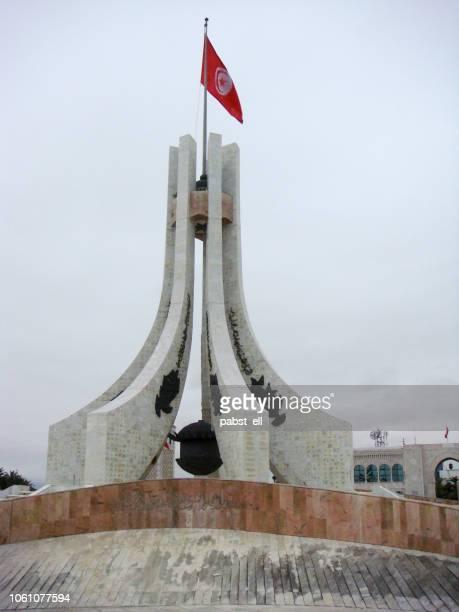 drapeau tunisien sur le monument de gouvernement à la place de la kasbah - drapeau tunisien photos et images de collection