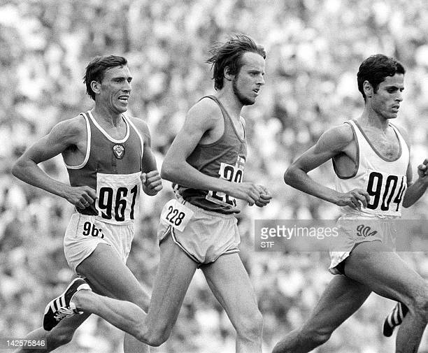 Tunisian Mohamed Gammoudi leads in front of Finnish runner Lasse Viren during the 5000m final 10 September 1972 at the Olympic stadium in Munich...