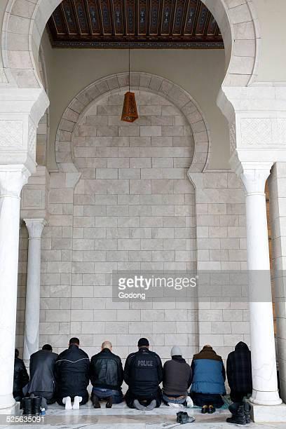 Tunisian muslims praying
