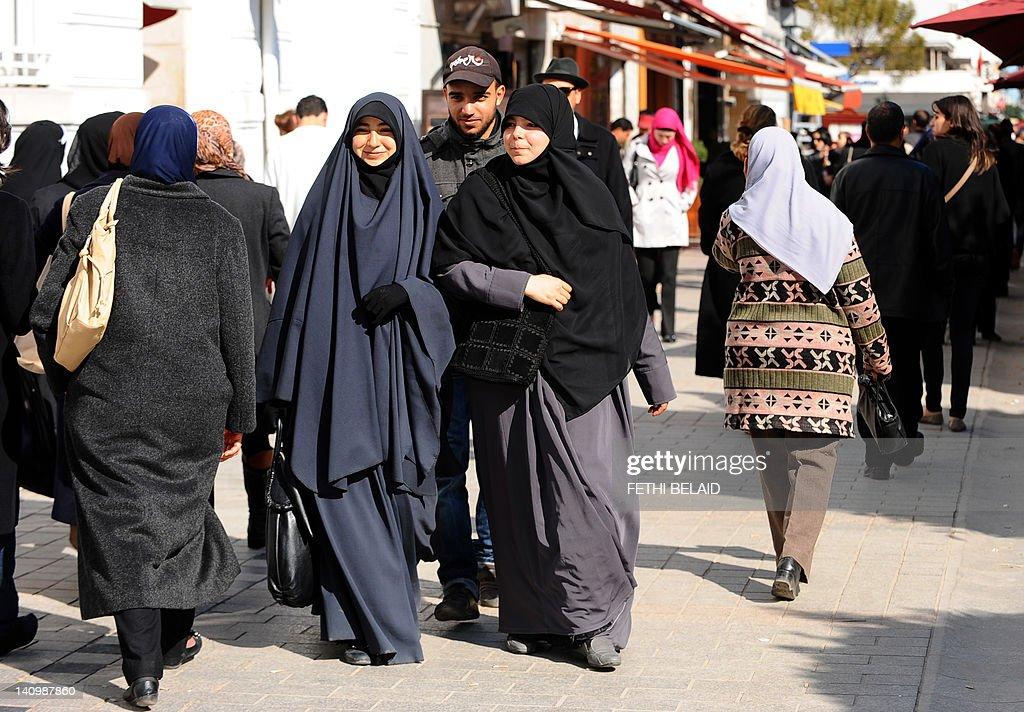 Tunisian veiled women walk in Habib Bour : Nachrichtenfoto