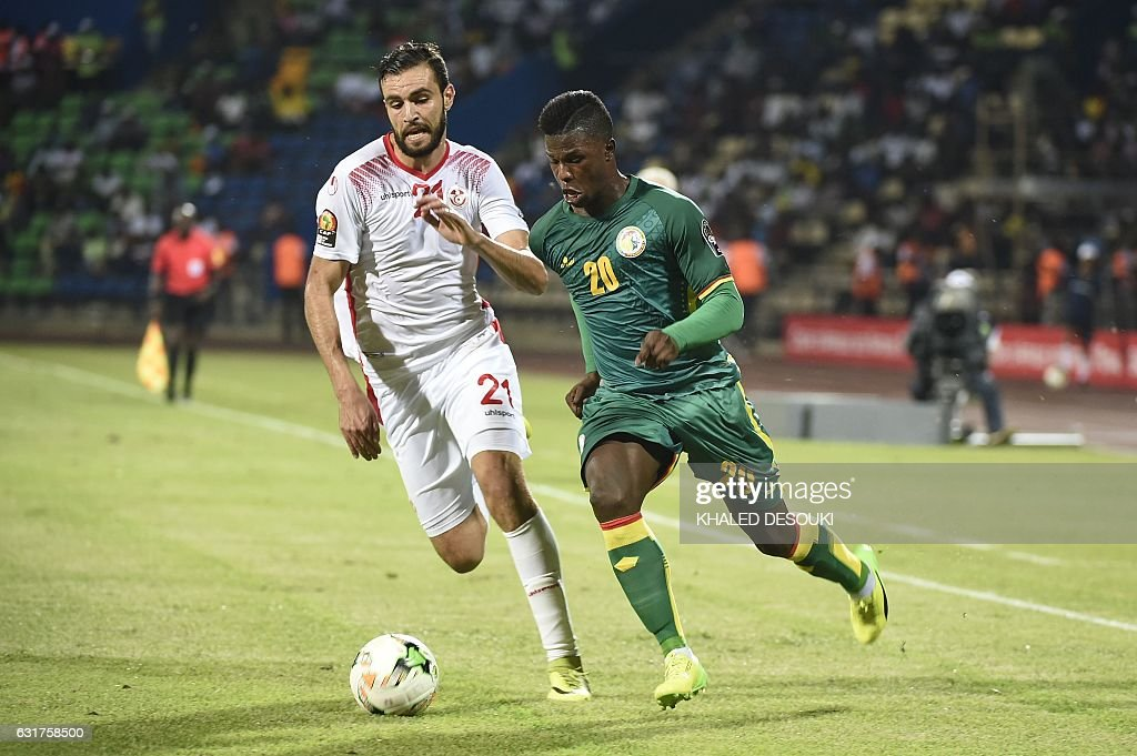 Tunisia's defender Hamdi Nagguez (L) challenges Senegal's forward Keita during the 2017 Africa Cup of Nations group B football match between Tunisia and Senegal in Franceville on January 15, 2017. / AFP / KHALED