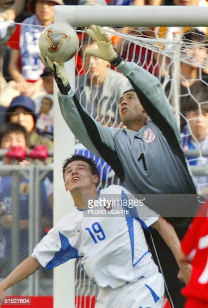 Tunisia's goalie Ali Boumnijel catches the ball behind Russia's forward Ruslan Pimenov during match 15 of the FIFA 2002 World Cup Korea Japan 05 June...
