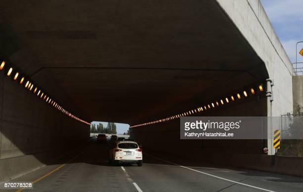 túnel y puente de maría hill, port coquitlam, canadá en el otoño - mary moody fotografías e imágenes de stock