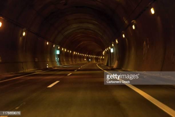 tunnel of a highway - hora de ponta papel humano imagens e fotografias de stock