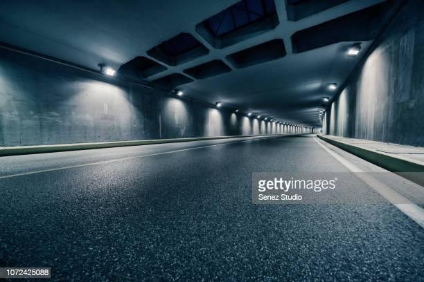 tunnel traffic - túnel estrutura feita pelo homem - fotografias e filmes do acervo