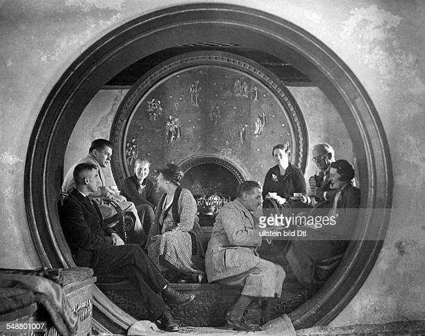 Tunney Gene Sportsman Boxer USa *25051898 Tunney his wife and friends at the fireplace of his home in Beijing China Foto Walter Bosshard 1935...