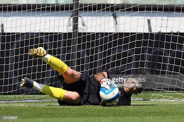 Juventus' goalkeeper Gianluigi Buffon training himself before their Serie B match vs Bologna at Olympic Stadium in Turin 12 May 2007 AFP PHOTO /...