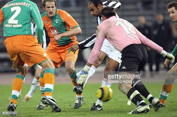 Juventus midfielder Brazilian Emerson Da Rosa in action with Werder Bremen's defenders Frank Fahrenhorst , Petri Pasanen and goalkeeper Tim Wiese,...