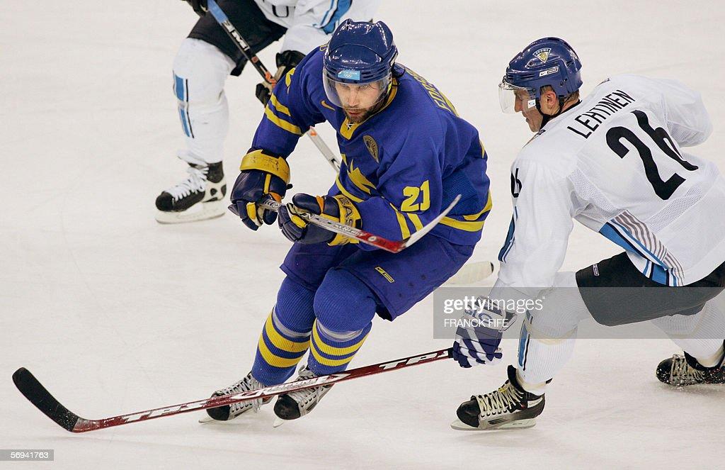 Swedish Peter Forsberg (L) and Finnish J : News Photo