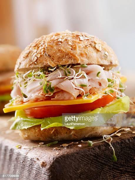 トルコとチーズのサンドイッチ、素朴なカッティングボード