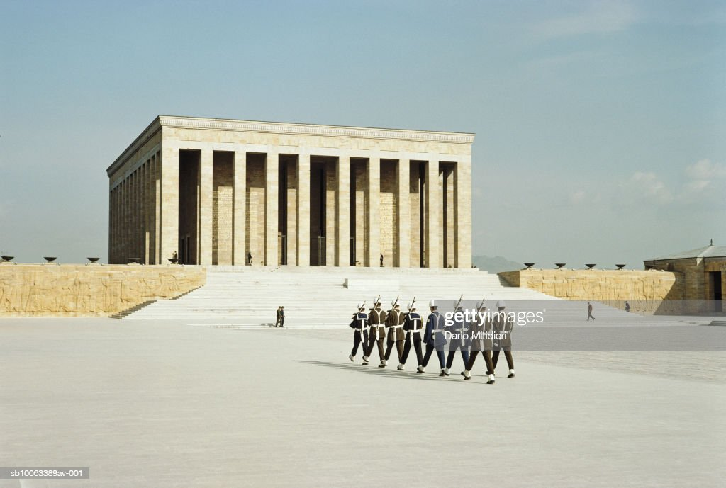 Turkey, Istanbul, changing of guard outside Mausoleum of Ataturk : Nyhetsfoto