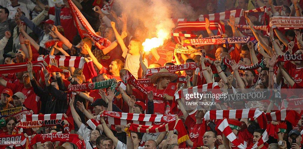 Liverpool supporters cheer prior to duri : Nachrichtenfoto