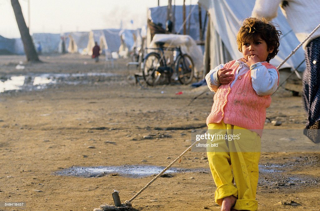 TUR, Turkey, Mittelmeer, Duezce: After the earthquake.- A little girl without shoes in front of the provisional accommodation/tent. : News Photo