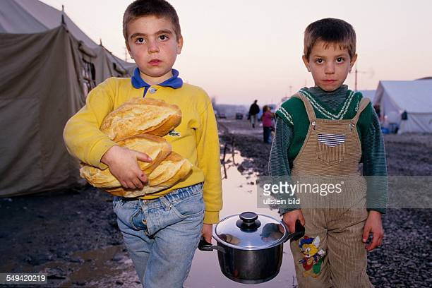 TUR Turkey Mittelmeer Duezce After the earthquake Children carrying the dinner which was distributed by the Red HalfMoonto the provisional...