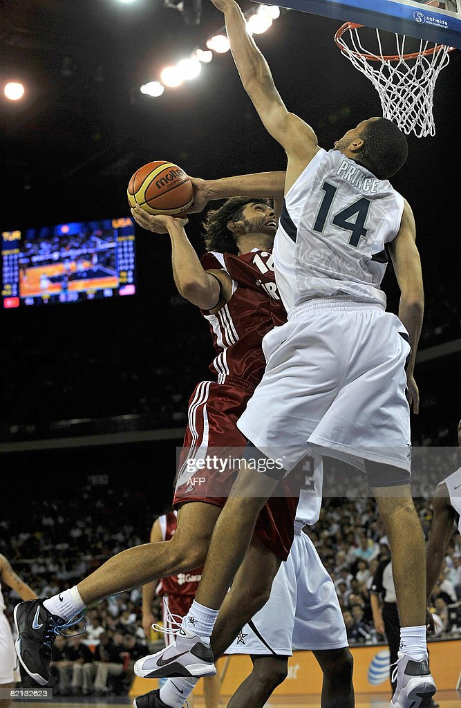 Turkey Senior Men's National Team player Ksystofas Lavrinovicius (L) places the ball against USA player Tayshaun Prince (R) during the USA Basketball International Challenge in Macau on 31 July 2008. US defeated Turkey 114-82. AFP PHOTO/Andrew ROSS