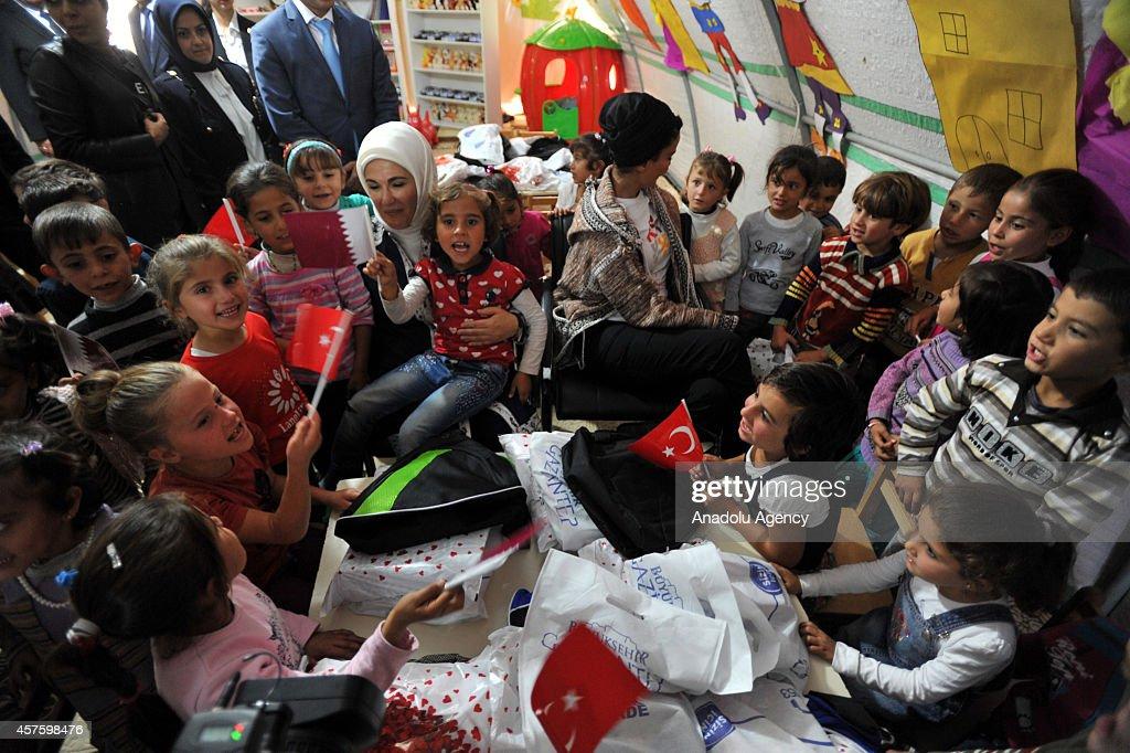 Qatar Emir's mother Sheikha Mozah visit Syrian refugees : ニュース写真