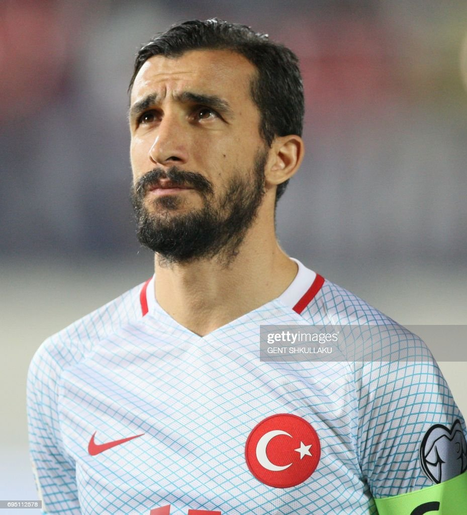 Turkey's Mehmet Topal looks on prior the FIFA World Cup 2018 qualification football match between Kosovo and Turkey in Loro Borici stadium in the city of Shkoder on June 11, 2017. / AFP PHOTO / Gent SHKULLAKU