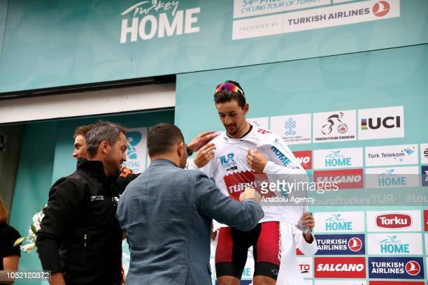 Turkey's Onur Balkan receives white jersey from Deputy Minister of Youth and Sports Hamza Yerlikaya after he won Turkey's Beauties classification for...