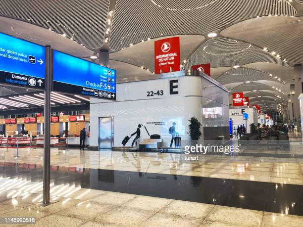 turkish airlines counters in new istanbul airport - contemporary istanbul foto e immagini stock