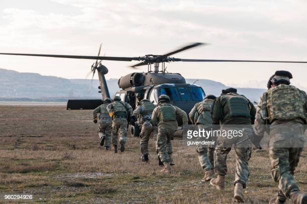 turkish army soldiers boarding military helicopter - personale militare foto e immagini stock