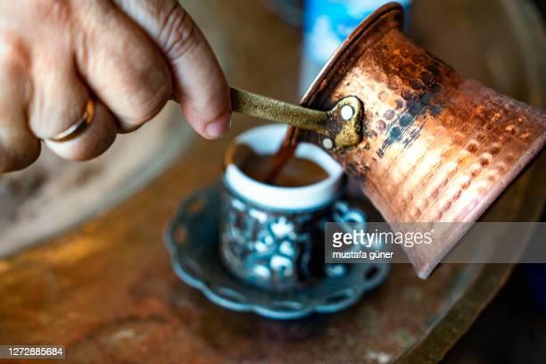 türkischer kaffee kocht auf glut - wahrzeichen stock-fotos und bilder