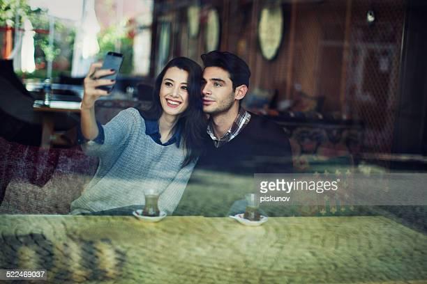 トルコのカップルカフェセルフィーを取る