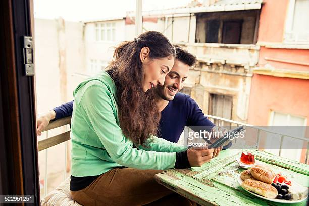 Türkische Lächelndes Paar mit Tablet Istanbul Morgen