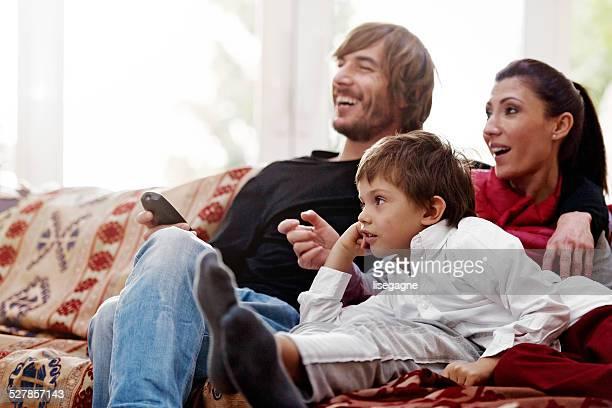 Turco familia viendo televisión