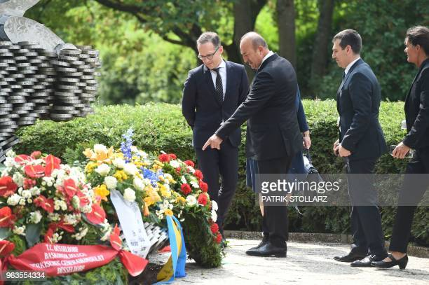 Turkish Foreign Minister Mevlut Cavusoglu and German Foreign Minister Heiko Maas take part on May 29 2018 in a ceremony at a memorial in Solingen to...