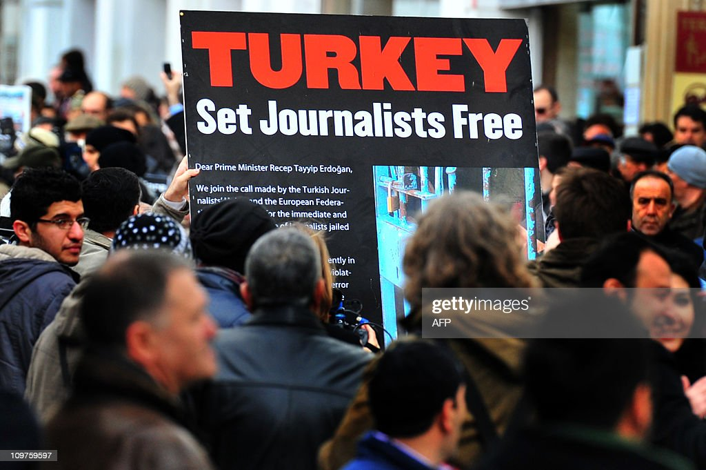 A Turkish journalist holds a banner whic : News Photo