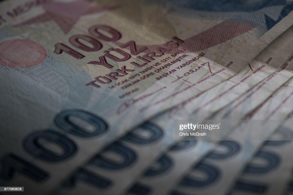 Turkish Lira Falls to Record Low : ニュース写真