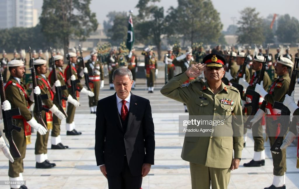Turkish National Defense Minister Hulusi Akar in Pakistan : Nieuwsfoto's