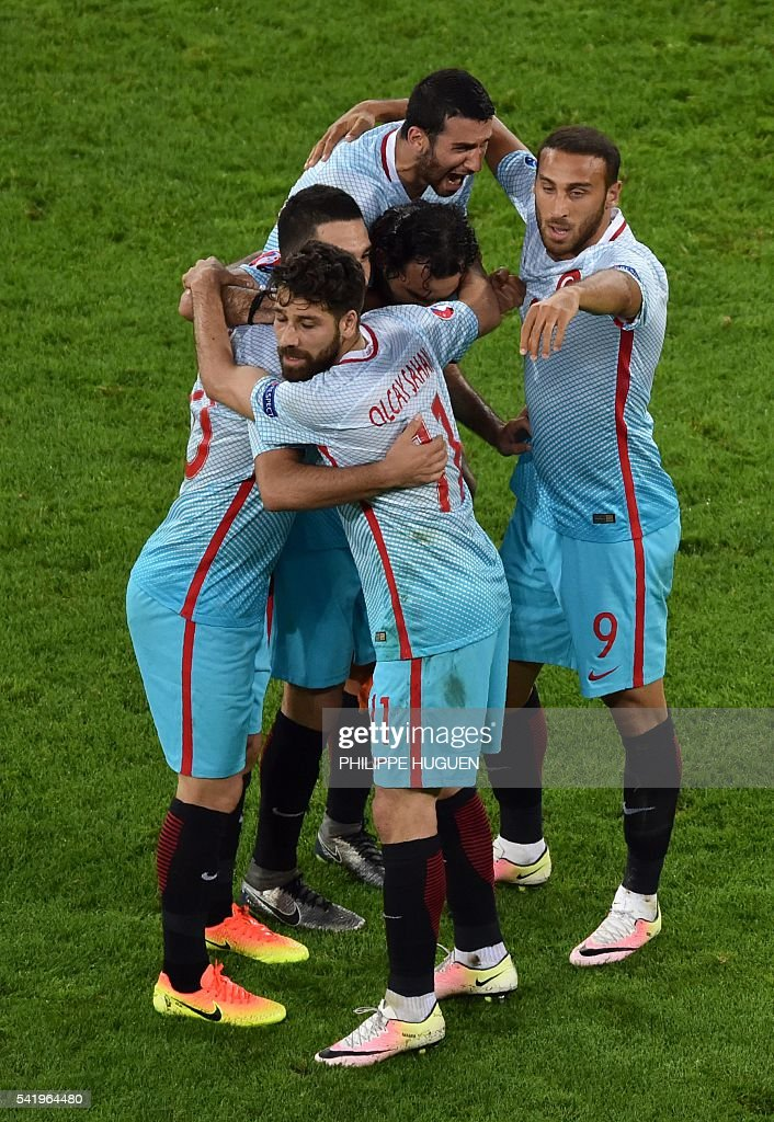 Turkish players celebrate their victory at the end of the Euro 2016 group D football match between Czech Republic and Turkey at Bollaert-Delelis stadium in Lens on June 21, 2016. / AFP / PHILIPPE