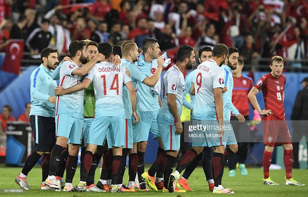 Turkish players celebrate their victory at the end of the Euro 2016 group D football match between Czech Republic and Turkey at Bollaert-Delelis stadium in Lens on June 21, 2016. / AFP / MIGUEL